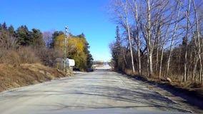 Entraînement du chemin de terre rural pendant le jour Point de vue POV de conducteur clips vidéos
