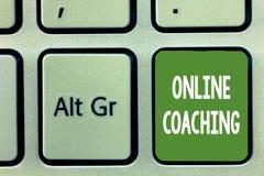 Entraînement en ligne des textes d'écriture de Word Concept d'affaires pour apprendre d'en ligne et Internet à l'aide d'un entraî photographie stock