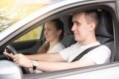 Entraînement et femme de jeune homme presque s'asseyant dans la voiture Photos stock