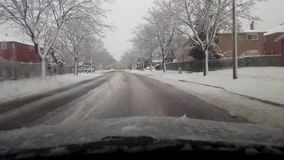 Entraînement par la banlieue neigeuse d'hiver pendant la journée Entraînement de chute de neige de temps du point de vue POV de c banque de vidéos