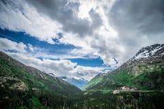 Entraînement par la route blanche de passage en Alaska à la Colombie-Britannique photographie stock libre de droits