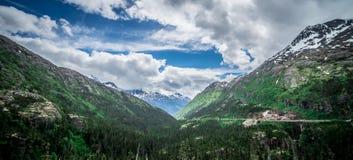 Entraînement par la route blanche de passage en Alaska à la Colombie-Britannique photo libre de droits