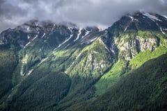 Entraînement par la route blanche de passage en Alaska à la Colombie-Britannique images libres de droits