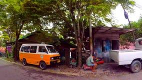 Entraînement par le quartier défavorisé du Bornéo banque de vidéos