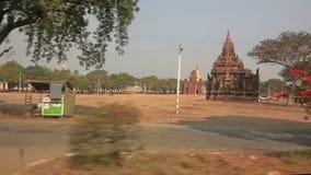 Entraînement par le secteur de beaucoup de pagodas dans Bagan banque de vidéos