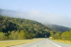 Entraînement par les montagnes scéniques Images libres de droits