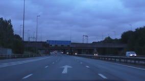 Entraînement sur l'autoroute tôt le matin banque de vidéos