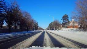 Entraînement sur la route couverte par neige dans le jour Point de vue POV de conducteur banque de vidéos