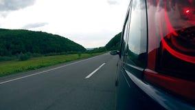 Entraînement sur la route dans les montagnes banque de vidéos