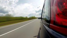 Entraînement sur la route dans les montagnes Pelliculage d'appareil-photo de point de vue clips vidéos