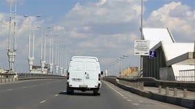 Entraînement sur le pont baptisé du nom du soixantième anniversaire de la victoire omsk banque de vidéos