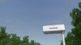 Entraînement vers le panneau d'affichage de publicité avec le logo de Fujifilm Rendu 3D éditorial Photo stock