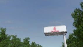 Entraînement vers le panneau d'affichage de publicité avec le logo de ligne aérienne d'émirats Rendu 3D éditorial Photos libres de droits
