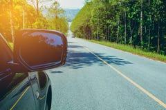 Entraîner une réduction la route Conduire la voiture sur la route goudronnée en été image stock