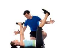 Entraîneur aérobie d'homme plaçant la séance d'entraînement de femme images stock