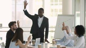 Entraîneur africain d'affaires et personnel de société soulevant des mains votant à l'unanimité clips vidéos