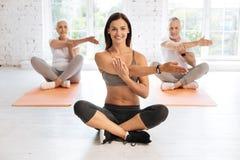 Entraîneur attirant de forme physique faisant des exercices avec son équipe Images stock