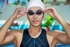 Entraîneur avec du charme posant dans la piscine Image stock