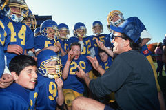 Entraîneur avec l'équipe de football de la jeunesse photographie stock