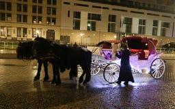 Entraîneur blanc dans Pariser Platz, Berlin, Allemagne images libres de droits