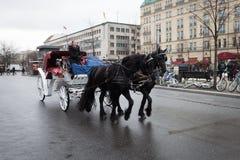 Entraîneur blanc dans Pariser Platz, Berlin, Allemagne images stock