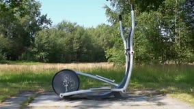 Entraîneur croisé courant en parc extérieur de forme physique en plan rapproché, extérieur d'équipement de gymnase banque de vidéos