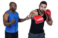 Entraîneur de boxe avec son combattant images libres de droits