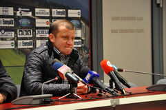 Entraîneur de football américain à une conférence de presse Images stock