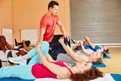 Entraîneur de forme physique dans la classe de pilatess image stock