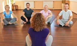 Entraîneur de forme physique donnant le yoga Images stock