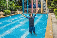 Entraîneur de natation dans des vêtements pour nager, dans la piscine image stock