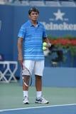 Entraîneur de tennis Toni Nadal pendant la pratique en matière de Rafael Nadal pour l'US Open 2013 chez Arthur Ashe Stadium Photo stock