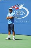 Entraîneur de tennis Toni Nadal pendant la pratique en matière de Rafael Nadal pour l'US Open 2013 chez Arthur Ashe Stadium au cen Image libre de droits