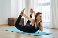 Entraîneur de yoga dans l'asana photo libre de droits
