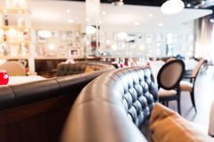Entraîneur en cuir arrondi par restaurant avec le fond brouillé Images stock