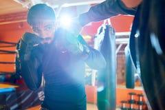 Entraîneur et boxeur dans la boxe d'entraînement photos stock