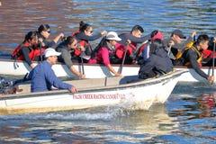 Entraîneur et Dragon Boat Rowers à Vancouver Photographie stock