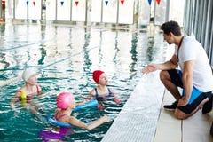 Entraîneur et nageurs photo libre de droits