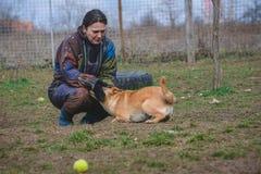 Entraîneur et son chien en cours de socialisation Photographie stock