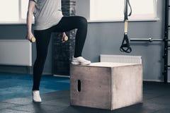 Entraîneur féminin mince de forme physique tenant des haltères Images stock