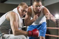 Entraîneur motivant le boxeur professionnel images libres de droits