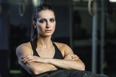 Entraîneur musculaire puissant de CrossFit de femme faisant la séance d'entraînement de pneu au gymnase image stock