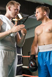 Entraîneur pendant la formation avec le boxeur photographie stock libre de droits