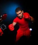 Entraîneur personnel d'homme d'entraîneur et homme exerçant la boxe Image libre de droits