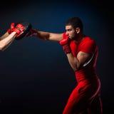 Entraîneur personnel d'homme d'entraîneur et homme exerçant la boxe Photo stock