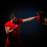 Entraîneur personnel d'homme d'entraîneur et homme exerçant la boxe Photographie stock libre de droits