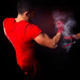 Entraîneur personnel d'homme d'entraîneur et homme exerçant la boxe Image stock