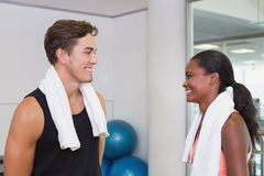 Entraîneur personnel et client souriant à l'un l'autre Images stock