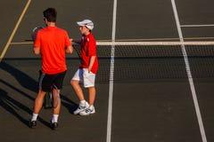 Entraîneur Pupil de pratique en matière de tennis Image libre de droits