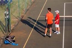 Entraîneur Pupil Parent de pratique en matière de tennis Photos stock